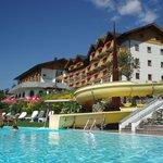 blick v.Pool auf Hotel