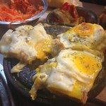 Matambre a la pizza con huevos fritos. Tipico de El Tano.