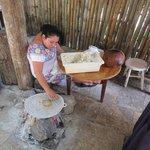 mulher maia fazendo tacos num dos restaurantes no almoço