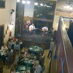 Salão amplo com músicas regionais