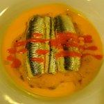 Lasaña fría de anchoas en sopa de tomate