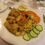 Frituria de pescado a la andaluza con ensalada segundo plato del menu de la media pension