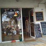 A fachada do pequeno café.