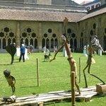 Jardín del claustro con exposición