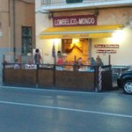 Esterno locale con tavolini all'aperto