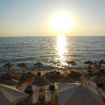piattaforma sul mare al tramonto