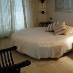 Cama redonda en habitación romantica