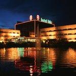 Hotel Ibis Amsterdam Airport bei Nacht 2
