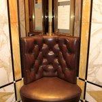 エレベーター内にある革張りの椅子