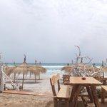 kleine Bar links am Strand neben dem Hotel