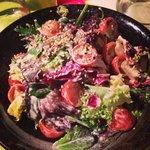 Легкий салат из помидоров и салатных листьев. Приправа просто  бомба!