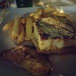 Moussaka con patatine fritte e melanzane fritte