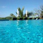 丸一日のんびり・・・プールのその先には真っ青な海