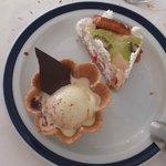 Tarta nupcial con tulipa de helado de vainilla