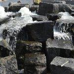 Fontaine d'eau avec rocher sur la petite place
