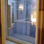 """Tak wyglądają """"okna"""" w pokojach na na parterze. Wychodzą na korytarz którym chodzą inni goście."""
