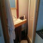 1 seule et unique, douche d'1 metre carré, pratique pour les enfants