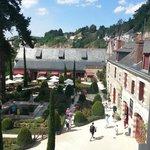 La vue du premier étage sur le jardin interieur et au loin le chateau d'Amboise