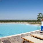 Der schöne große Pool mit Blick auf die Olivenhaine