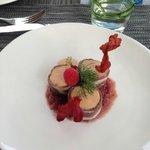 Bouchée de foie gras de canard et magret fumé, confit d'oignons rouges et framboises, chips