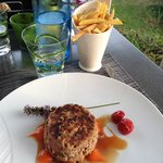 Tartare de bœuf au couteau en aller retour salpicons de foie gras et frites maison*