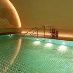 Der gold geflieste Pool im ehemaligen Tresorraum
