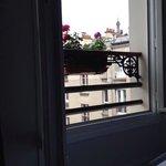 la vista dalla finestra: tetti parigini e torre eifel