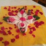 la jolie décoration une fois la chambre faite par la femme de ménage!