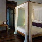 super plush 4-post bed