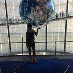 Foto do globo terrestre no interior do museu