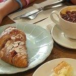 Croissant + cappuccino