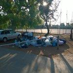 mucchi di spazzatura all'ingresso campo di tennis