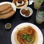 Humus e pollo (in basso) ed humus e felafel (in alto)
