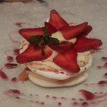 Disco de merengue, pastelera de cítricos y frutillas