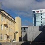 Baksiden. Rommets balkong er synlig øverst på det gule bygget. Hotellets hovebygg i bakgrunnen.