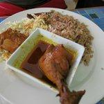 Pollo, arroz con frijoles y col