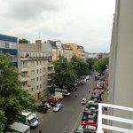 widok z pokoju od ulicy