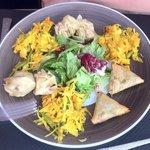 Assortiment / Bouchons, samoussas, achards, salade + Boudins