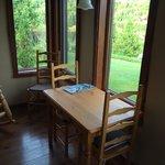 petite table près de la chambre au rez de chaussé; idéale pour prendre le café du matin et regar