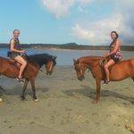 Paardrijden bij de zoutelanden geregeld door Kontiki Beach Resort