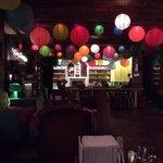 Le bar du rez de chaussé (avec des tables de ping pong sur les cotés !)