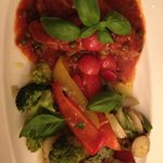 Steak pizzaiola, ses petits légumes et sa pomme de terre au four.