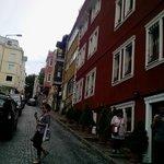 rua do hotel, lá em cima à direita é o hipódromo e mesquita azul