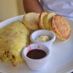 Omelette, english muffin et preserves