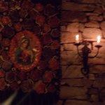 A iluminação interna também, é composta de Velas sim - e não por falta de Luz.