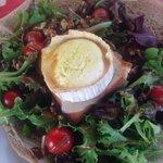Salat mit Ziegenkäse auf Galette - sehr zu empfehlen!