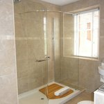 large walk in shower (very good!)