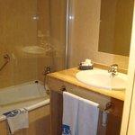 Vista de la mesada de baño y ducha