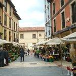 una callecita lateral a la plaza con puestos de flores