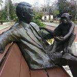Escultura alusiva à interacção com os macacos
